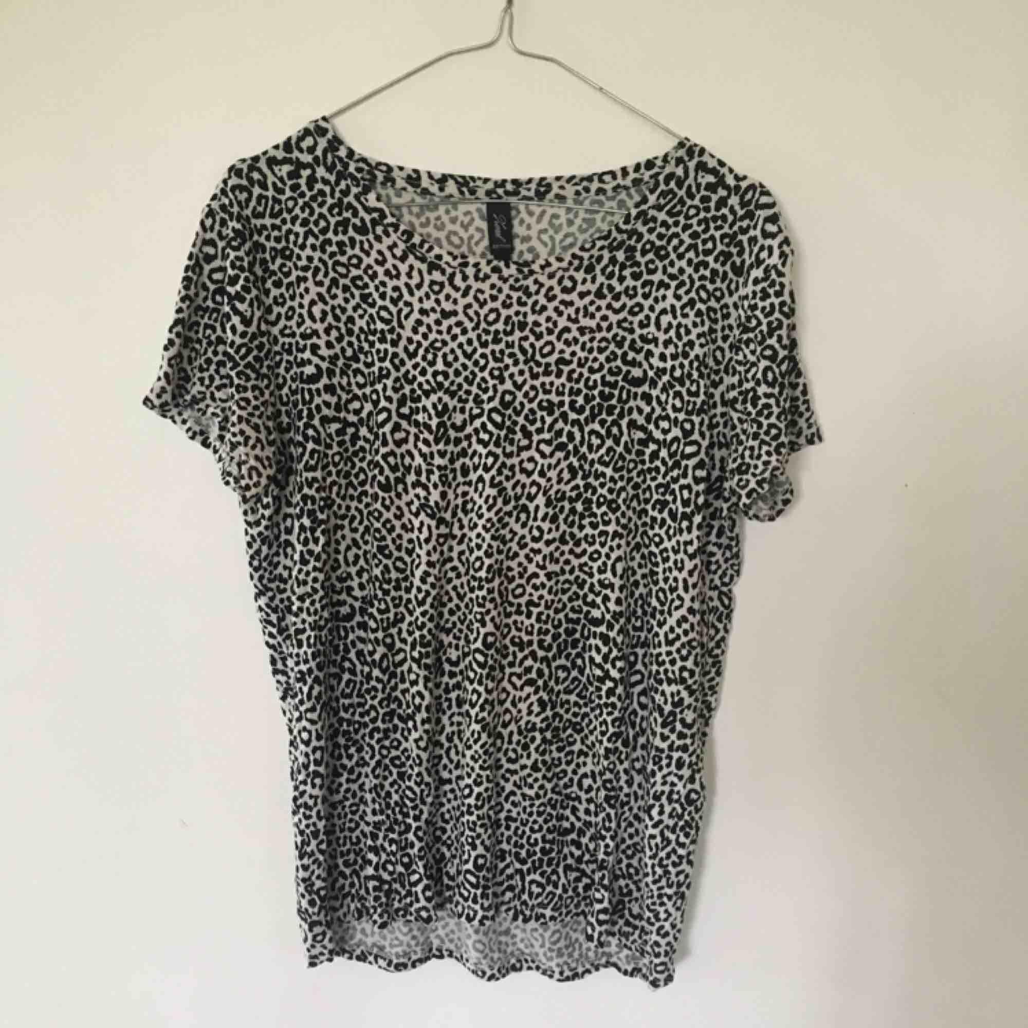 Jättefin leopard-T-shirt! . T-shirts.