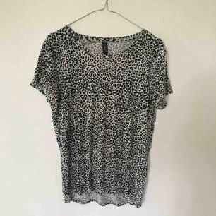 Jättefin leopard-T-shirt!