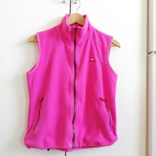 Neon-rosa 90s väst från McKinley i stl 40. Assnygg över clean vit t-shirt och cargo shorts på sommaren eller över tight svart långärmad polotröja exakt alltid haha. Frakt 63 kr.