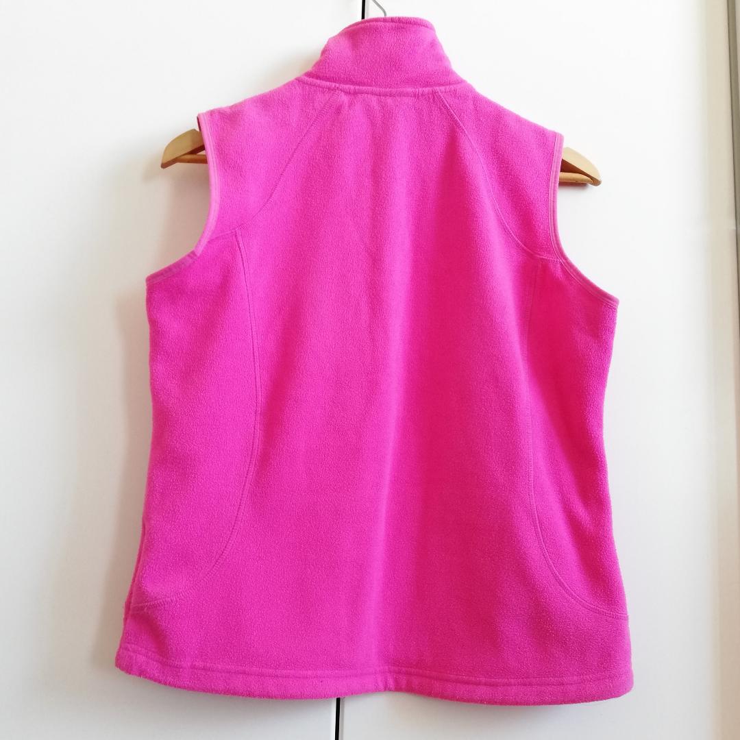 Neon-rosa 90s väst från McKinley i stl 40. Assnygg över clean vit t-shirt och cargo shorts på sommaren eller över tight svart långärmad polotröja exakt alltid haha. Frakt 63 kr. . Tröjor & Koftor.
