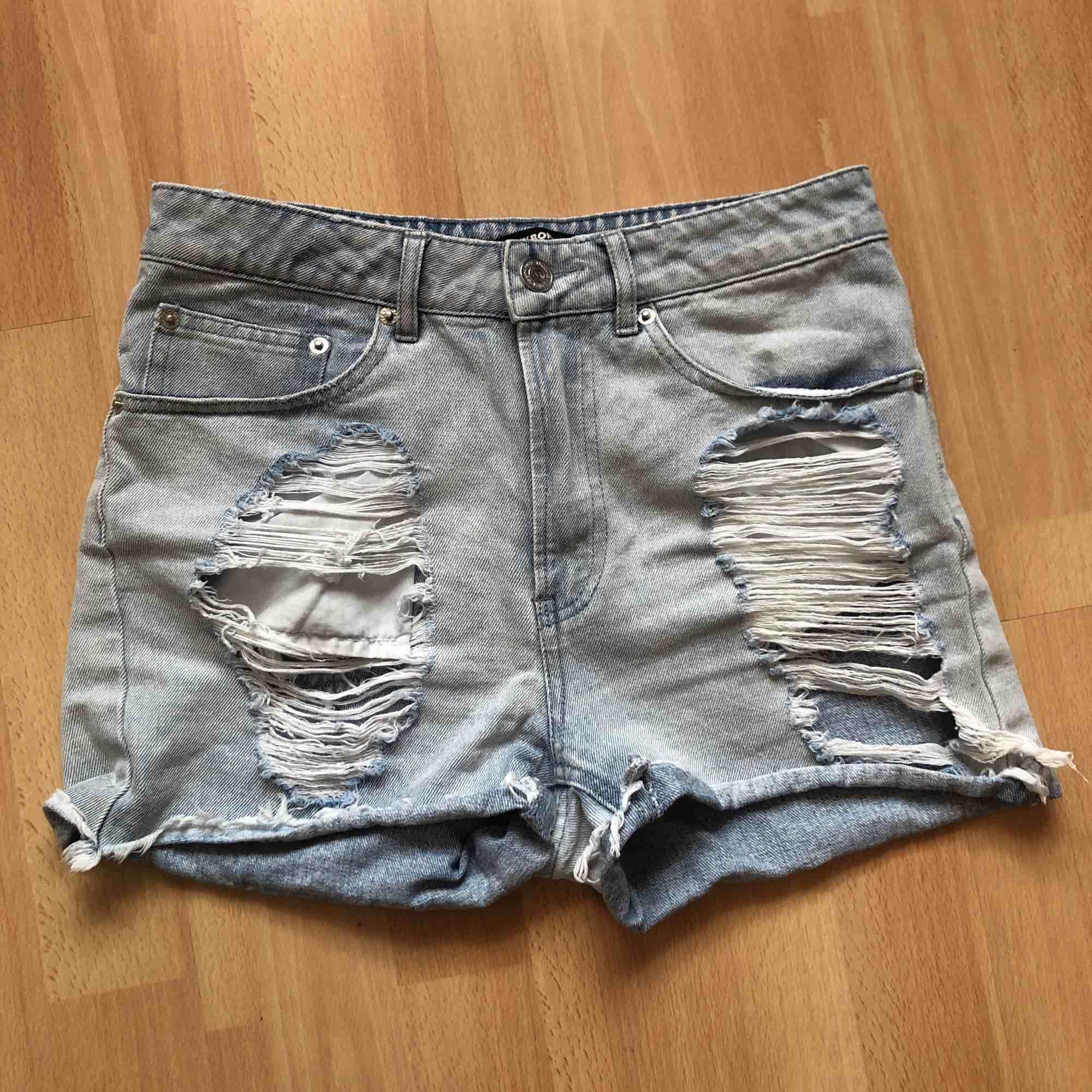 Ljusblåa högmidjade shorts i riktigt jeansmaterial och upplevs därför lite mindre då de inte är stretchiga. Säljer pågrund av de är för små för mig. Jag står inte för frakt.. Shorts.