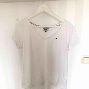 Sparsamt använd T-shirt. I väldigt fint skick!  140 med frakt