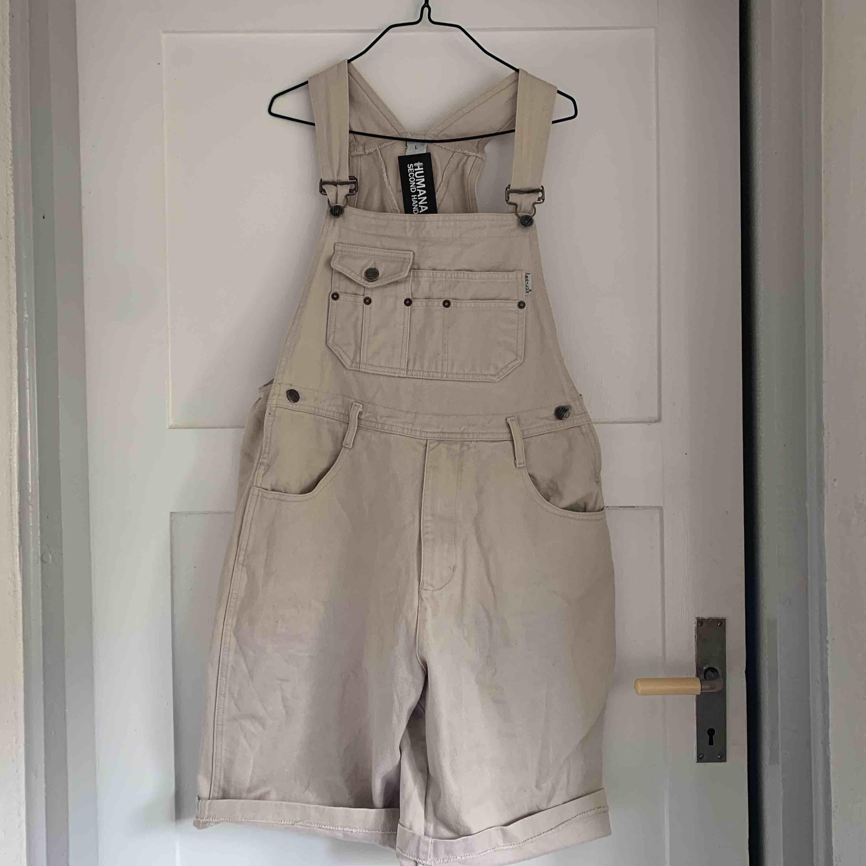 Oversize hängselbyxa passar dig som har storlek medium. Aldrig kommit till användning tyvärr.  Frakt tillkommer . Jeans & Byxor.