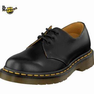 dr martens 501'or köpta här på plick. de är i fint skick men har en crease framme på skorna. pma för mer info. du står för frakten ! 🎀✨💌