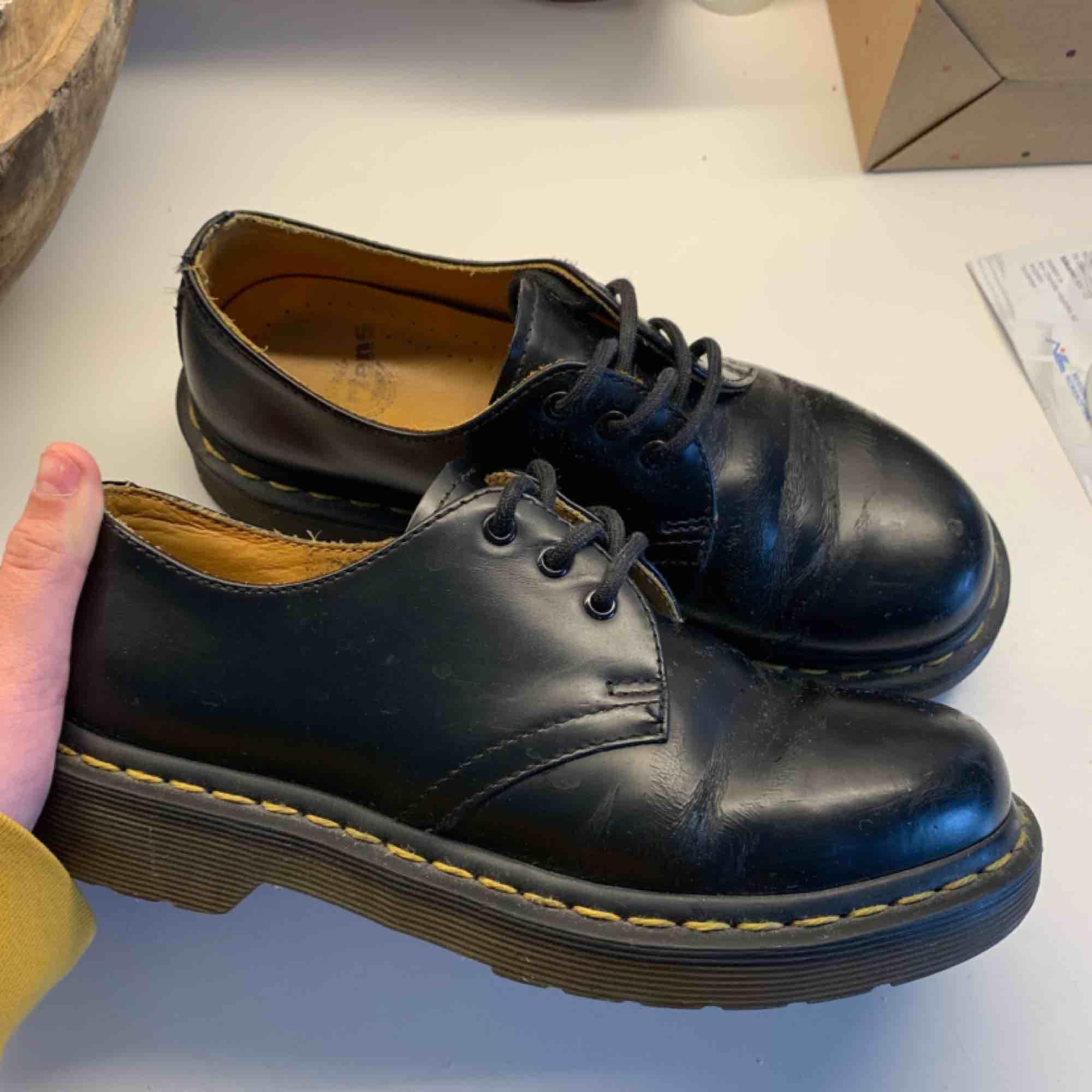 dr martens 501'or köpta här på plick. de är i fint skick men har en crease framme på skorna. pma för mer info. du står för frakten ! 🎀✨💌. Skor.