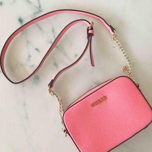 En fin Guess väska, sparsamt använd! Superfin färg som passar perfekt till sommaren!