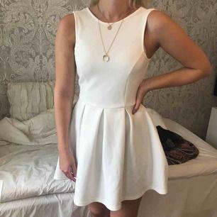 Otroligt fin klänning från Nelly, perfekt till student eller skolavslutning etc. Storlek XS men passar S då det är stretchigt material.