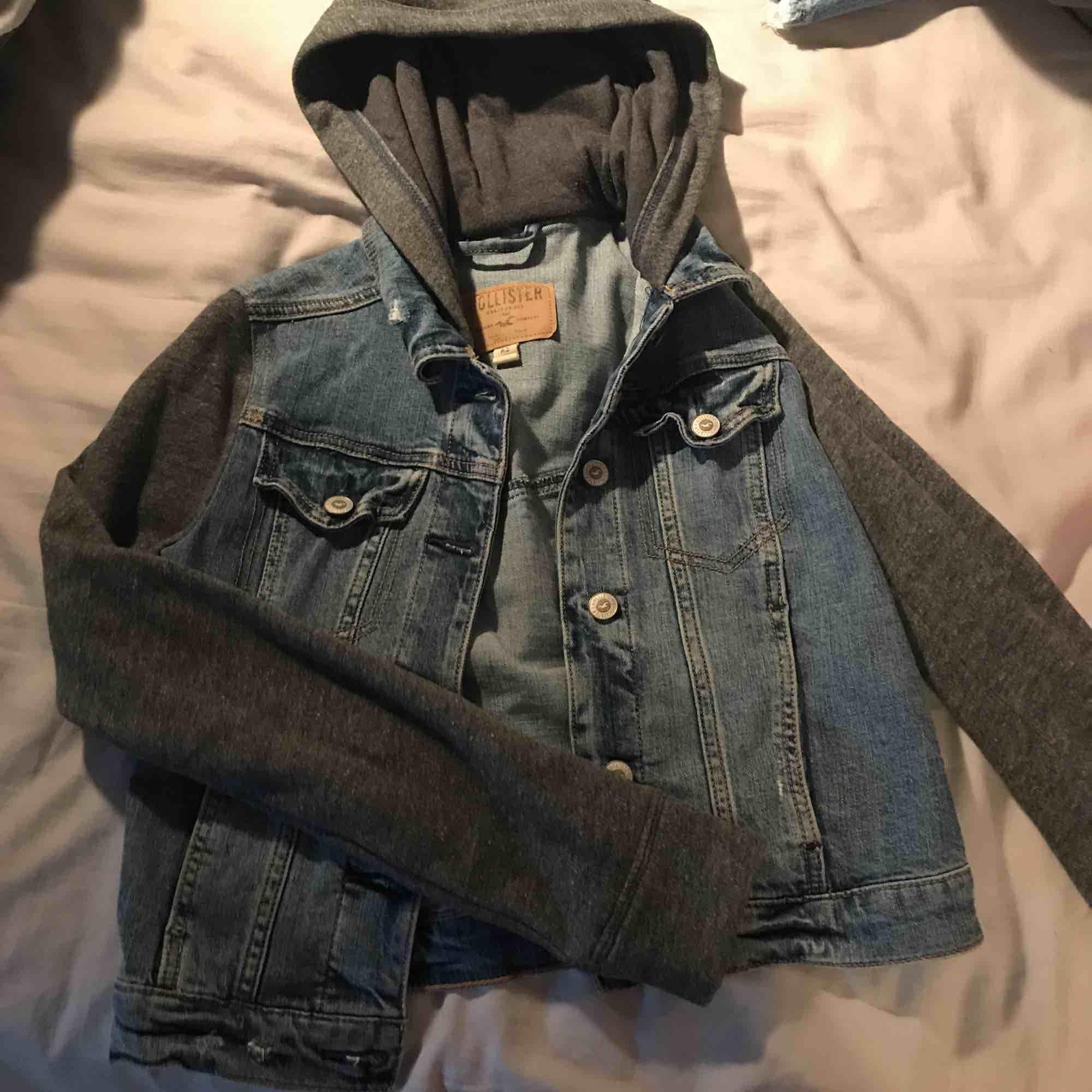 Balandning mellan jeansjacka och huvtröja i bra skick med några slitningar ifrån hollister💙frakt tillkommer. Jackor.