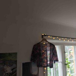 Fin kimono från H&M med blommigt tryck. Lite genomskinlig och passar bra till nästan allting! Väldigt fint skick utan några hål. Köpare står för frakt!