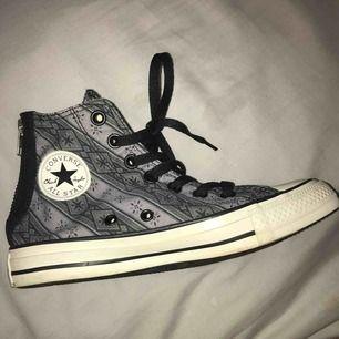 Höga Converse med coolt mönster och med dragkedja, frakt tillkommer