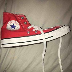 Röda converse helt oanvända i hög modell, frakt tillkommer❤️