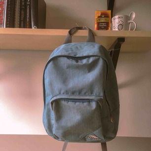 Säljer en snygg blå ryggsäck från stadium med plats för böcker, dator mm.  Säljer för att jag har en annan ryggsäck o använder då inte denna så mycket längre.  Köparen står för frakt.