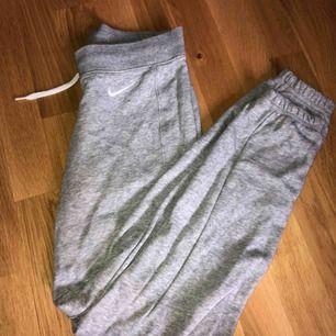 Nike mjukisar. Dom är ljusgrå och i fint skick! Säljes pga för små. Frakt betalar köparen💛