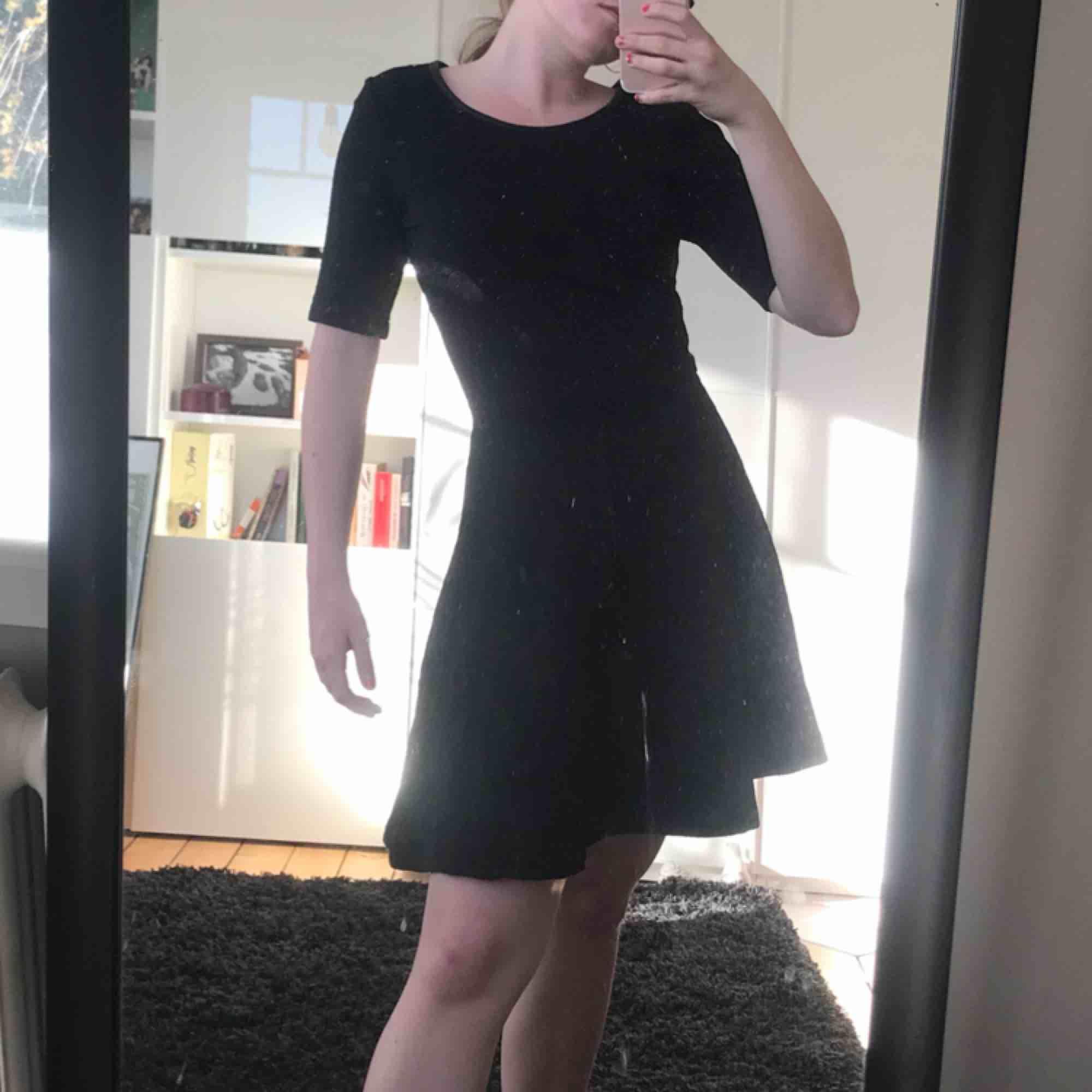 Skitsnygg klänning från Hm. Aldrig använd och därför i nyskick. Skriv till mig för fler bilder💘. Klänningar.