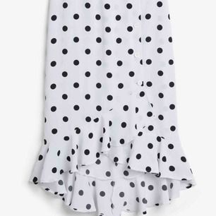 • Knälång kjol från monki • Använd 1 gång • Storlek S