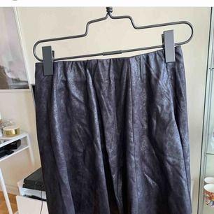 Kjol i fake skinn från vero Moda som är oanvänd