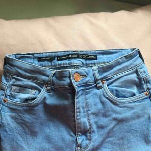 """Högmidjade jeans köpta på zara i storlek 26/xs, bra skick men för små för mig😊 Lite """"blåare"""" färg än vanliga jeans men super sommrigt!🤩 Fraktar endast och köparen står för frakt, kan fixa bra paketpris om säljaren gör ett snabbt och smidigt köp!❤️"""