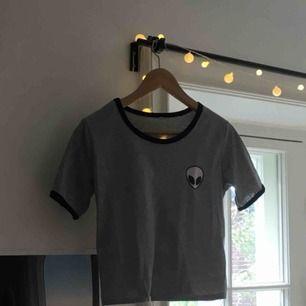 En grå tröja med svarta detaljer i fint skick! Köpare står för frakt!