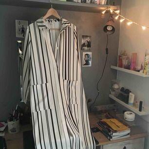 Jättefin tunn kappa från Monki i storlek S! Perfekt att ha över ett linne nu i sommar🥰🦋