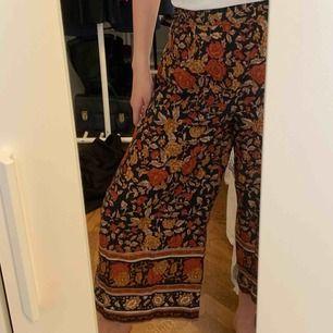 Coola culottes med rosor på! Knappt använda och väldigt lätt o skönt material nu på sommaren! frakt : 42! 🌻 samfraktar gärna med andra produkter jag säljer