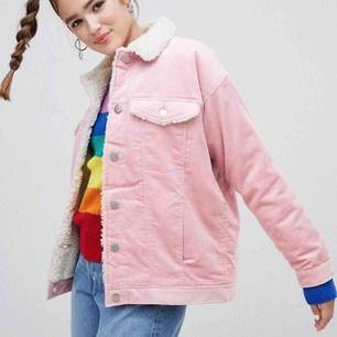 finaste jackan, men ligger bara och har blivit använd 2 gånger :( 200kr och frakt ingår Har matchande byxor i en annan annons