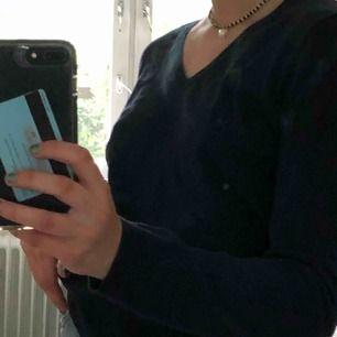 Mörkblå långärmad tröja från Tommy hilfiger. Sitter väldigt bra och är i storlek M men personligen är den mer åt S hållet.