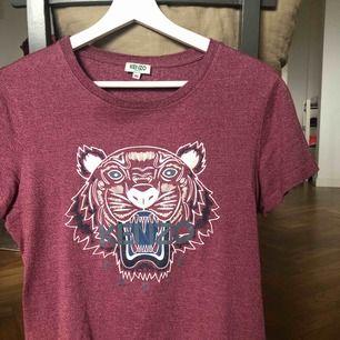 Kenzo t-shirt. Knappt använd, är i nyskick. Nypris ca 1000 kr, köpt på Illum i Köpenhamn. Säljer för 350 kr, (fraktkostnad tillkommer) 🌸
