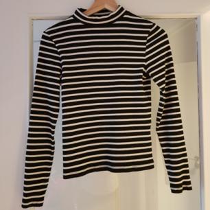 Randig tröja med kort polokrage. Köparen står för frakt, kan också mötas upp i Uppsala.