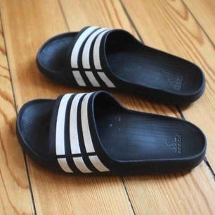 Coola tofflor från Adidas