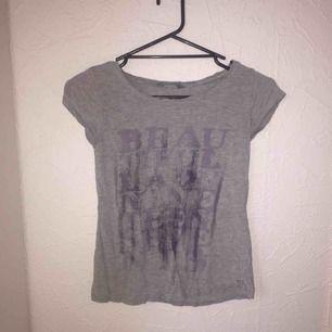 Fin grå tröja med lila tryck. Har blivit för liten. köparen står för frakten🙂