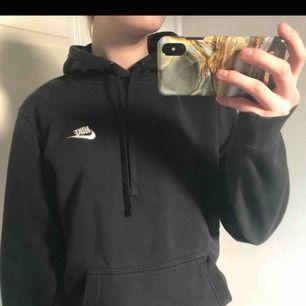 Säljer denna snygga Nike hoodie. Den är i väldigt fint skick. Säljer då den inte kommer till användning. Kan mötas upp annars står köparen för frakten(;