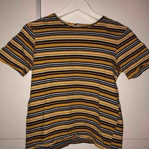 T-shirt från Zara i strl S. Randig med vit, svart och mustard gul. Inte mycket använd Pris: 50kr Frakt: kan diskuteras