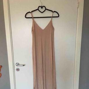 SUPERskön klänning från bershka. Den är medellång, går ner till vaderna på mig som är 167. Storlek S, 90 kr INKLUSIVE frakt🌸🌸🌸