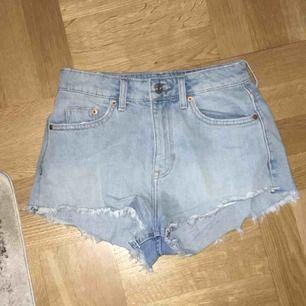 Sköna jeansshorts i storlek XS , 90kr inklusive frakt. 🌸🌸🌸🌸