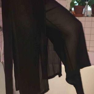 Byxor med kjolliknande tyg över (se bild eller fråga för bättre förklaring), svart och lite glittrigt, storlek 40 men passar nog en 38 bättre. Köpt på beyond retro i London för något år sedan men aldrig använda.