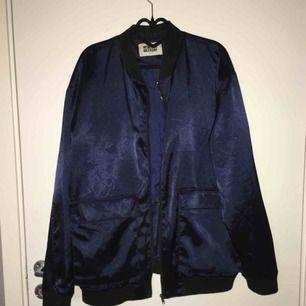Mörkblå sidenjacka med stora fickor från weekday. Så sjukt cool!! Storlek M - 140 kr inklusive frakt😍😍