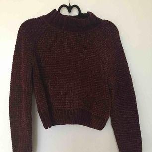 Vinröd croppad sweater i storlek XS. Passar även s. 60 kr inklusive frakt🌸🌸