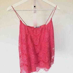 Ett neon rosa spets linne ifrån Gina tricot. Hur fin som helst har bara inte kommit till användning, storlek XS.