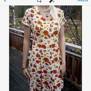 Jättefin vintageklänning med blommor. Väldigt fint skick! Storlek 38/m  Frakt tillkommer på 50kr.
