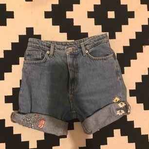 feta highwaisted shorts som originellt var limited addition jeans från monki som jag klippte och rullade upp. 150kr inkl frakt! as nice nu för sommaren med blommor och bi detaljer :))