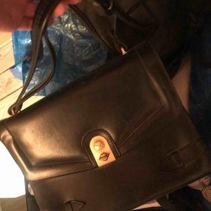Säljer denna vintage väska, guld knapp.