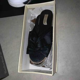 Sandal i storlek 37. Finns lite färg på den ena sandalen