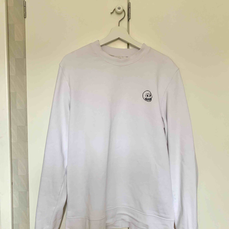 Cheap Monday sweatshirt i storlek M. Använd 2 gånger så i mycket gott skick! Fraktar naturligtvis.. Tröjor & Koftor.