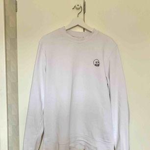 Cheap Monday sweatshirt i storlek M. Använd 2 gånger så i mycket gott skick! Fraktar naturligtvis.