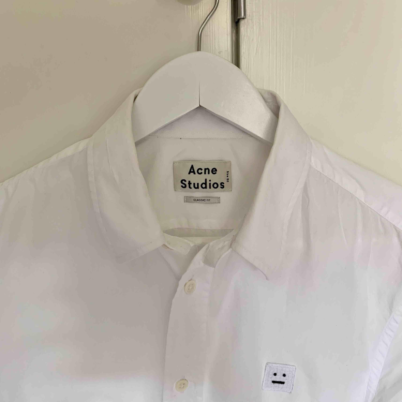 Fin Acne Studios skjorta i modell Jeffrey Pop F. Storlek 50 regular fit, dvs ca en normal L. Fraktar naturligtvis.. Skjortor.