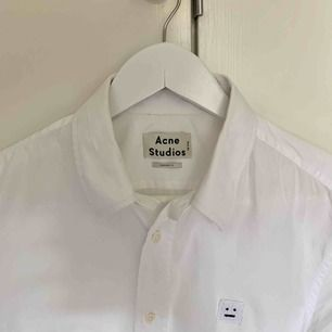 Fin Acne Studios skjorta i modell Jeffrey Pop F. Storlek 50 regular fit, dvs ca en normal L. Fraktar naturligtvis.