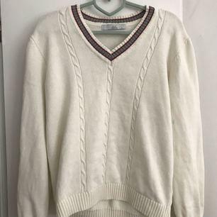 Gosig tröja som ser lite golfig ut haha. Fint skick och bra kvalité. Jag är pytteliten det är därför den ser så stor ut på bild 2.