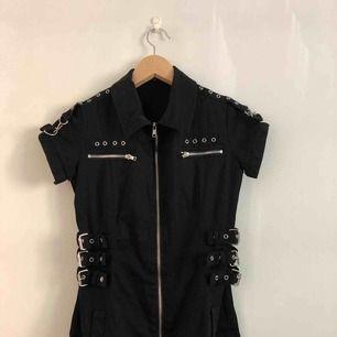 Så najs goth-klänning med spännen och kedjor, från Mercy! ☠️ Köpare betalar frakt eller så möts vi upp i Stockholm!