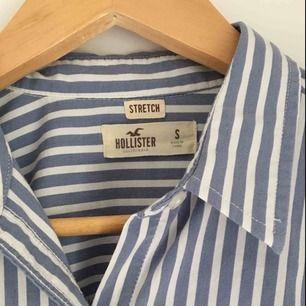 Stretchig skjorta från Hollister aldrig använd men avtagen prislapp. Inköpspris ca 300 kr som ny!