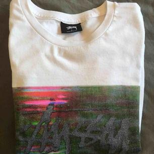 Stussy T-Shirt i storlek S i använt skick! Tyvärr för liten! Tryck på båda sidorna som ni kan se på bilderna! Skickas eller möts upp i Stockholm 🤝